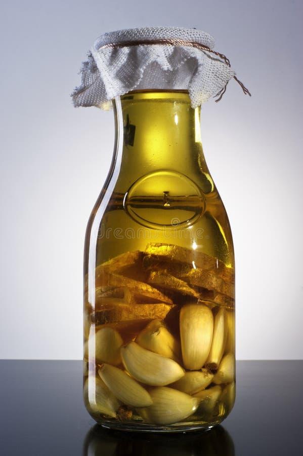 Изумительное душистое tangy домодельное настоянное оливковое масло имбиря чеснока стоковые фото