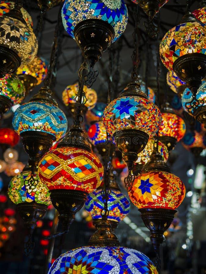 Изумительное и элегантное фото богато украшенных и красочных турецких светов вися от потолка стоковое фото