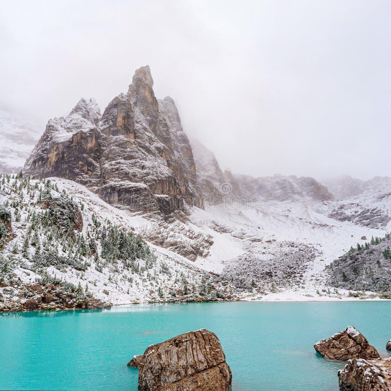 Изумительное озеро с необыкновенным цветом воды стоковая фотография
