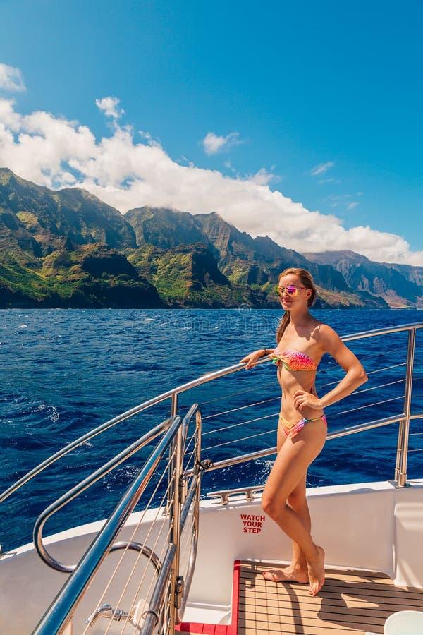 Изумительное плавание молодой дамы взгляда рая стоковое фото