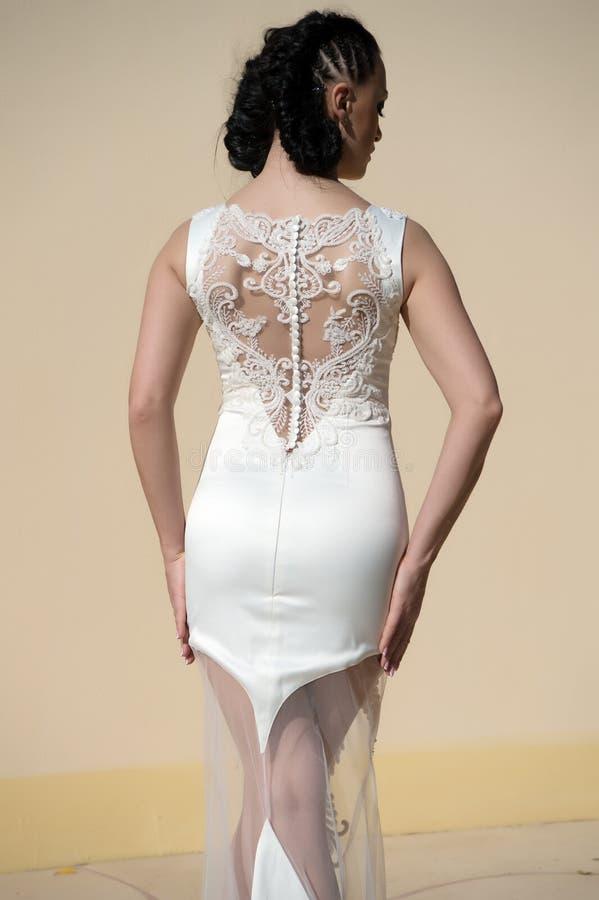 Изумительное платье Стиль причёсок женщины носит модное призонное платье с вышивкой и жемчугами Дама в роскошном обмундировании стоковые изображения rf
