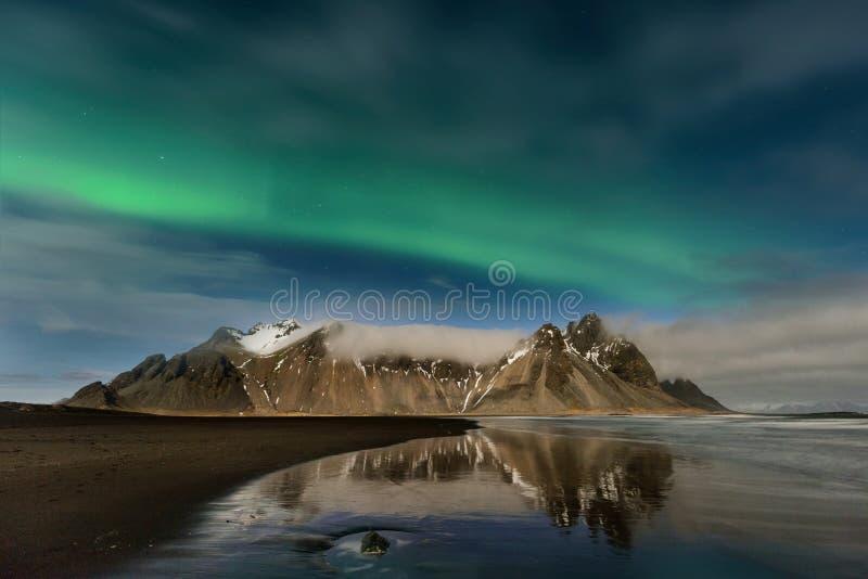 Изумительное северное сияние в небе Исландии стоковая фотография