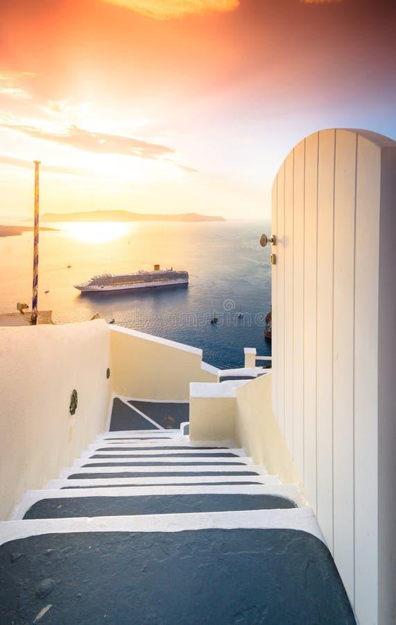 Изумительный взгляд вечера Fira, кальдеры, вулкана Santorini, Греции стоковые изображения rf