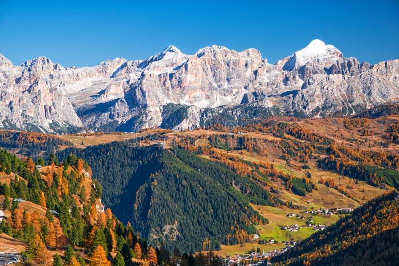 Изумительный взгляд итальянки Dolomities на солнечном дне осени стоковое фото