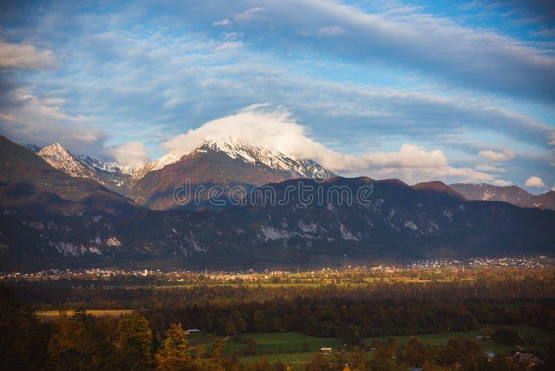 Изумительный взгляд к горной цепи & x28; Stol, Vrtaca, Begunjscica& x29; в кровоточенной осени -, Словения, Европа стоковое фото