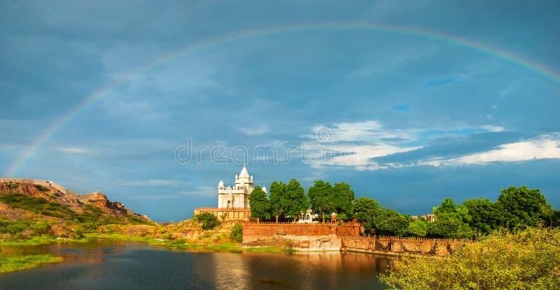 Изумительный взгляд на мавзолее Jaswanth Thada после дождя с r стоковые изображения