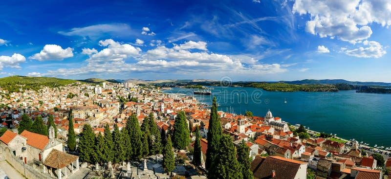 Изумительный взгляд панорамы города Sibenik в Хорватии Северная область стоковые фото