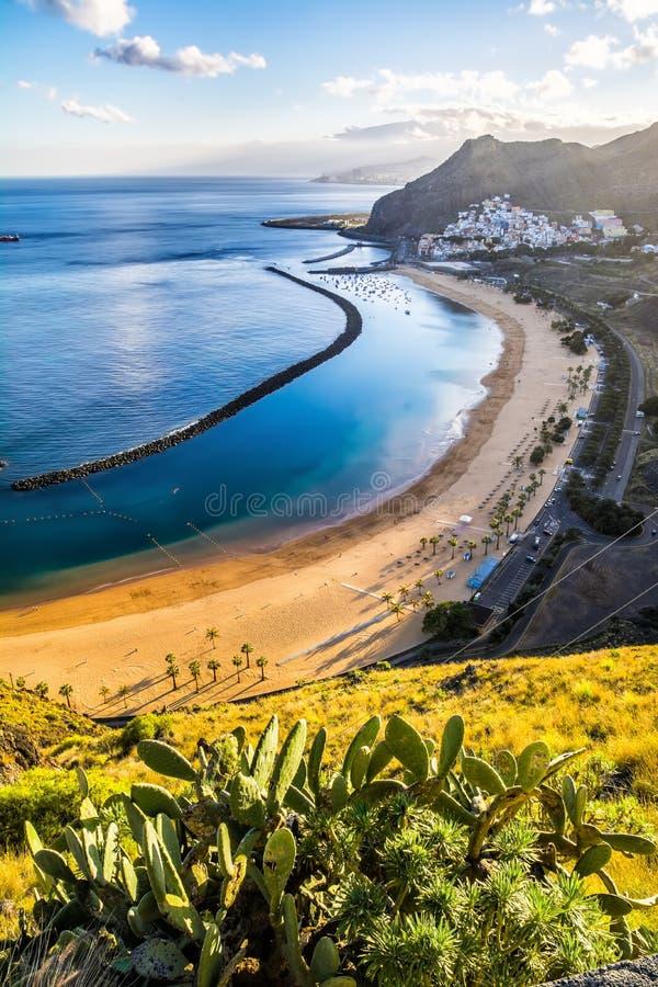 Изумительный взгляд las Teresitas пляжа с желтым песком Положение: стоковые изображения rf