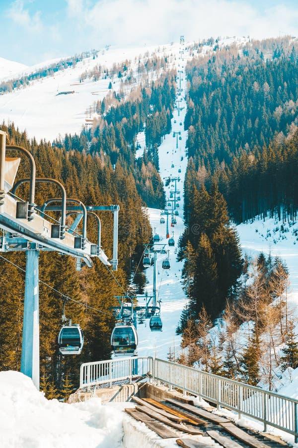 Изумительный горный вид лыжного курорта зимы стоковое фото