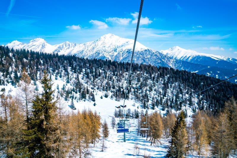 Изумительный горный вид лыжного курорта зимы стоковое изображение