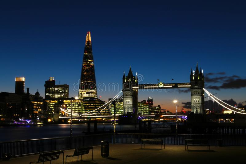 Изумительный заход солнца в Лондоне против фона моста башни и черепка стоковая фотография
