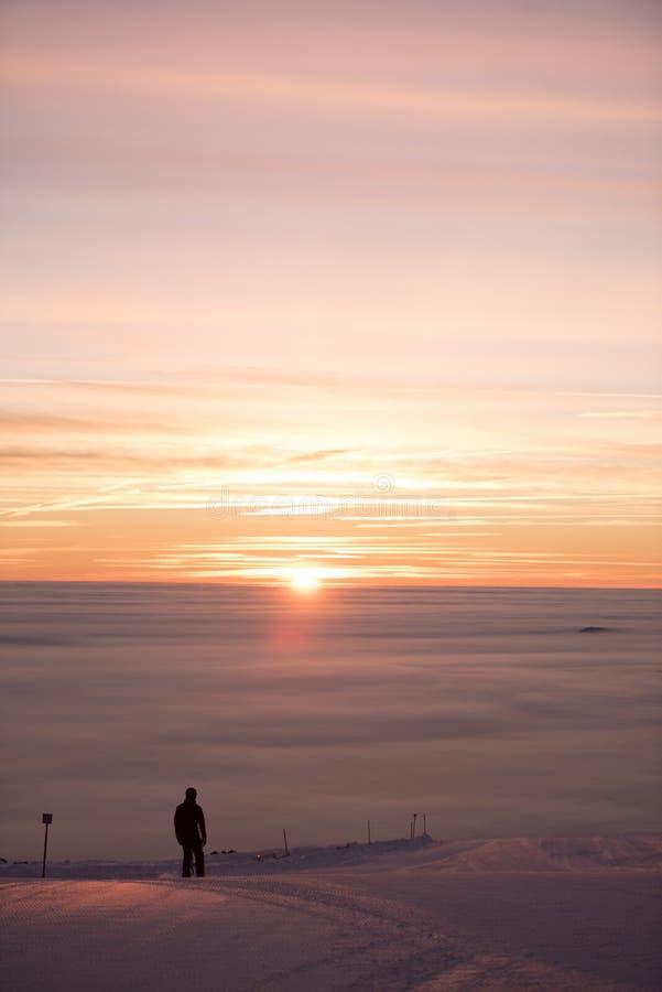 Изумительный заход солнца, идет снег совсем вокруг, красота лыжного курорта стоковое изображение rf