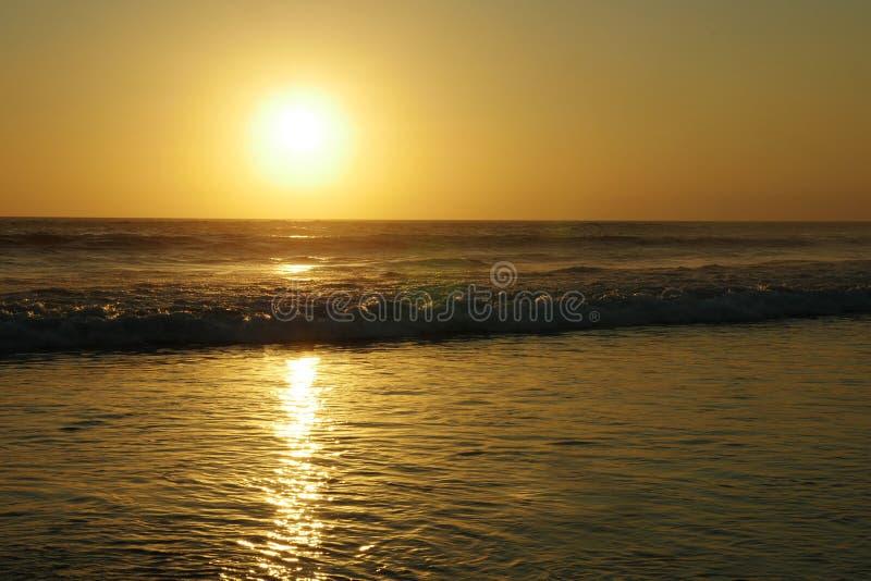 Изумительный красивый взгляд захода солнца ландшафта моря пляжа двойника 6 Seminyak в острове Бали Индонезии стоковые фотографии rf