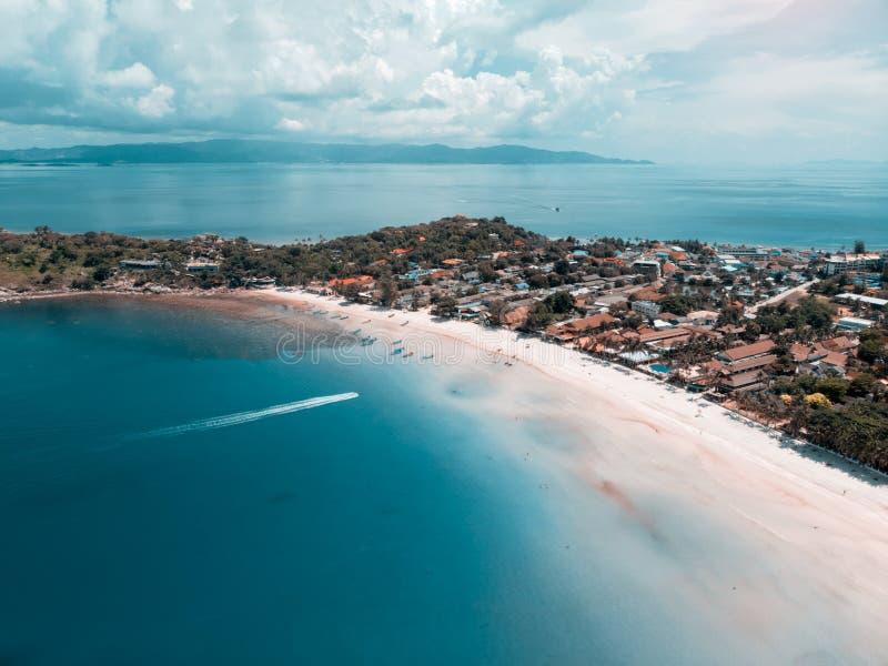 Изумительный красивый остров с пляжем с белым песком и тропической лагуной стоковые изображения rf
