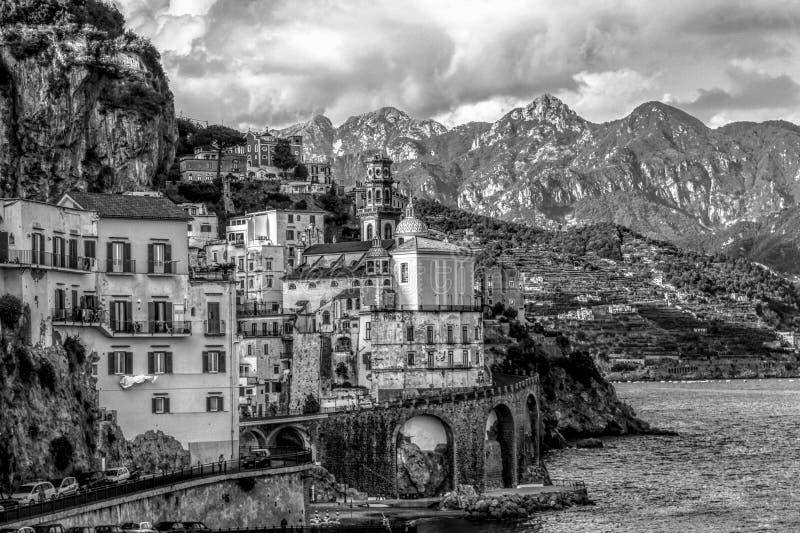 Изумительный ландшафт - деревня Atrani в черно-белом стоковые изображения