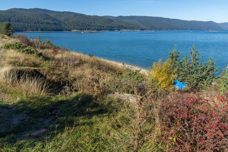Изумительный ландшафт осени резервуара Dospat, Болгарии стоковые фото
