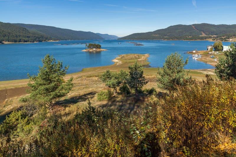 Изумительный ландшафт осени резервуара Dospat, Болгарии стоковая фотография rf