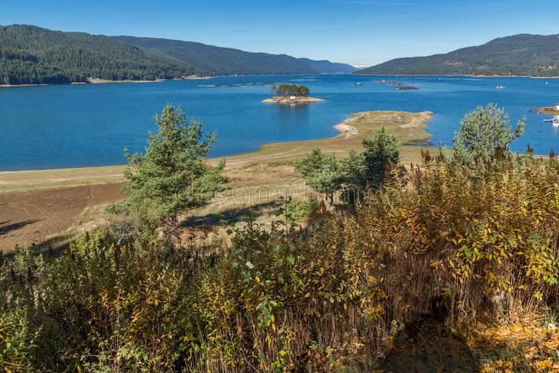Изумительный ландшафт осени резервуара Dospat, Болгарии стоковые изображения
