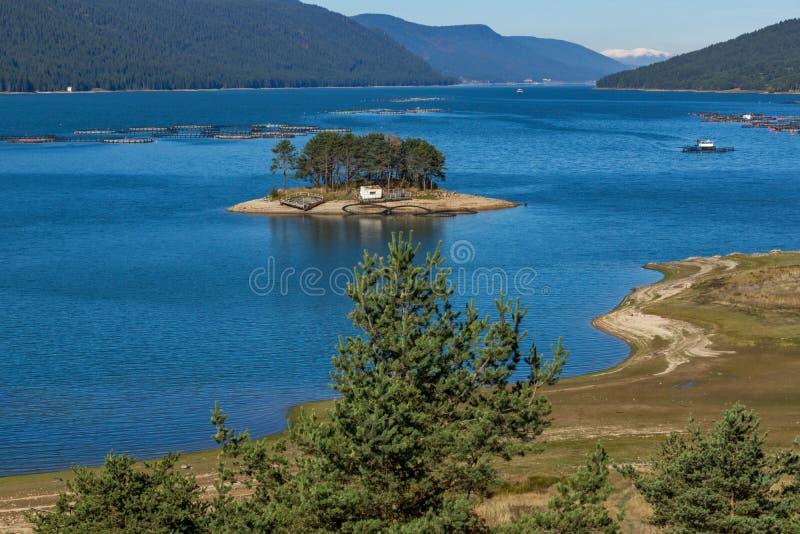 Изумительный ландшафт осени резервуара Dospat, Болгарии стоковое изображение