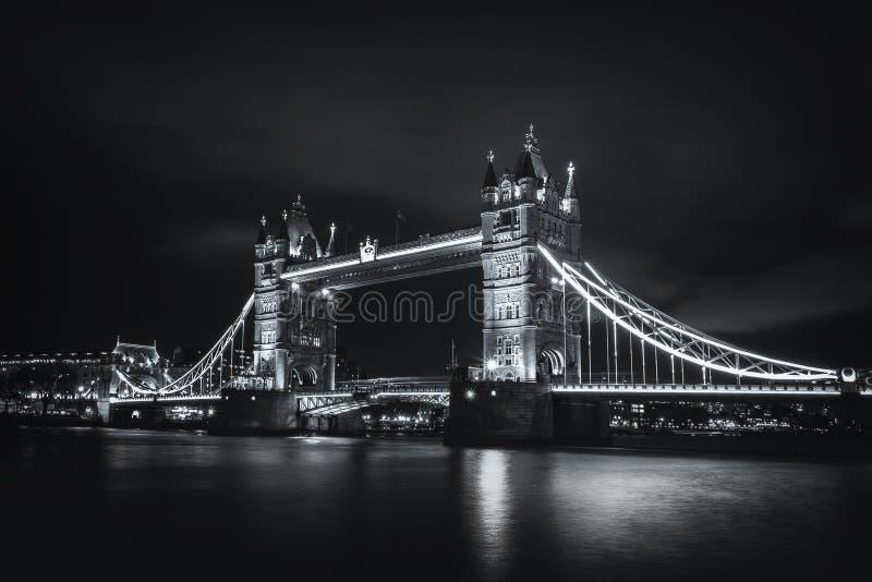 Изумительный мост башни взгляда ночи стоковое фото rf