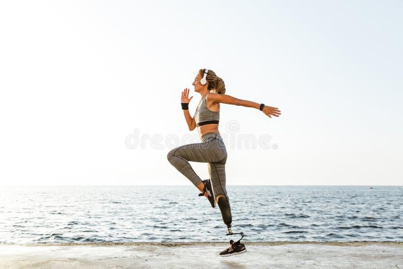 Изумительный неработающий ход женщины спорт стоковые фотографии rf