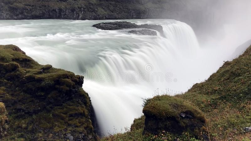 Изумительный огромный красивый водопад Gullfoss, известный ориентир ориентир в Исландии стоковые изображения