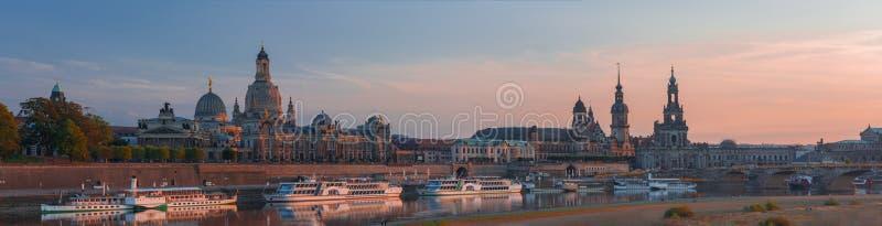Изумительный розовый заход солнца в Дрездене стоковые изображения rf