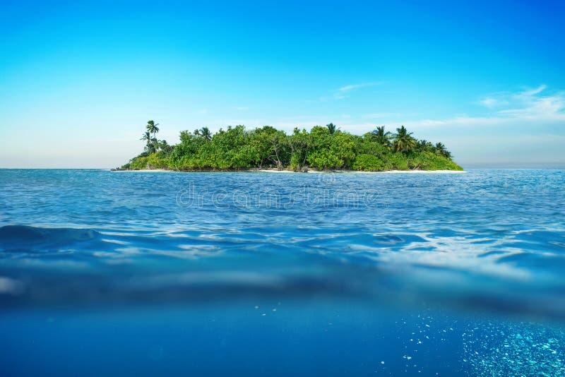 Изумительный тропический остров в океане подводно стоковая фотография