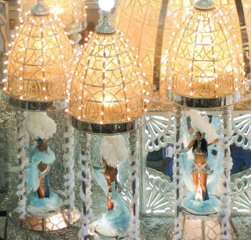 Изумительное представление-буфф во время ежегодной масленицы в Рио-де-Жанейро стоковые изображения
