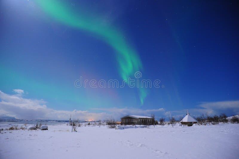 Изумительное северное сияние над обширным полем в зиме Исландии стоковая фотография rf