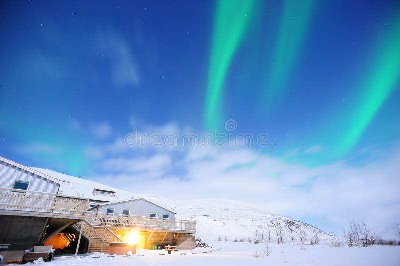 Изумительное северное сияние над обширным полем в зиме Исландии стоковое изображение rf