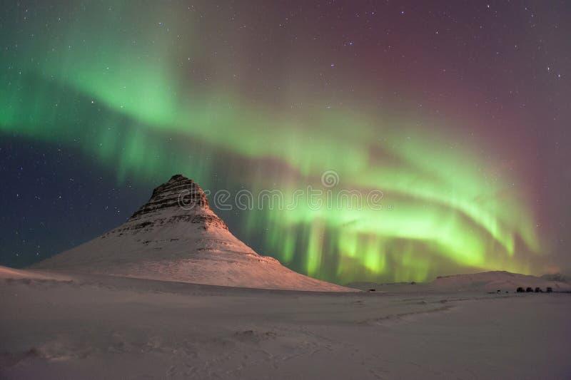 Изумительное северное сияние над Kirkjufell в зиме Исландии стоковое изображение rf