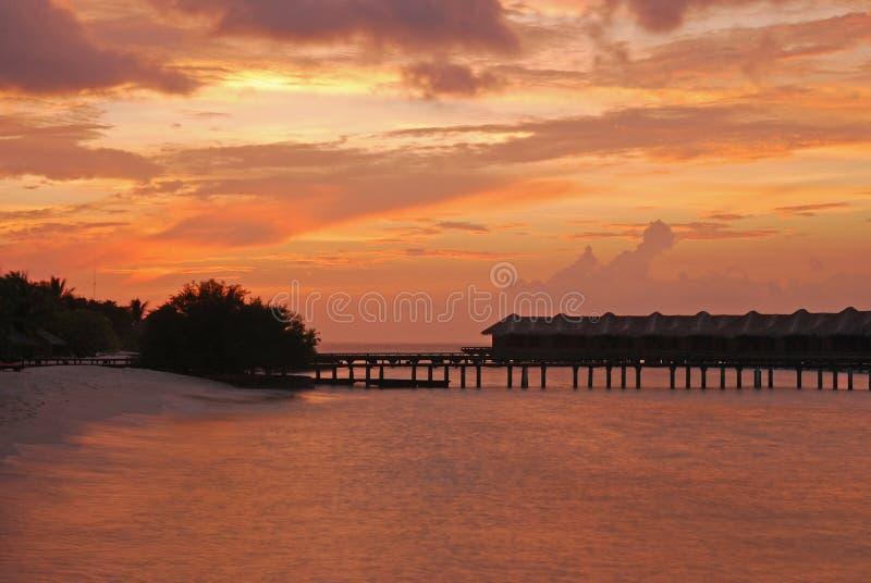 Изумительное Twilight явление с бунгалом Overwater стоковые изображения