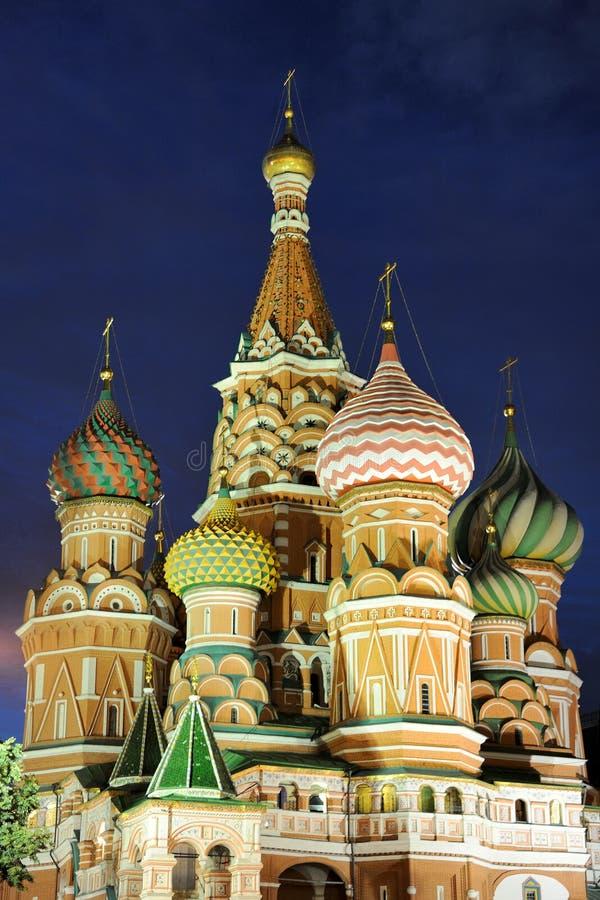 Изумительные куполы St Basil's под затмевая небом - Москвы стоковое изображение rf