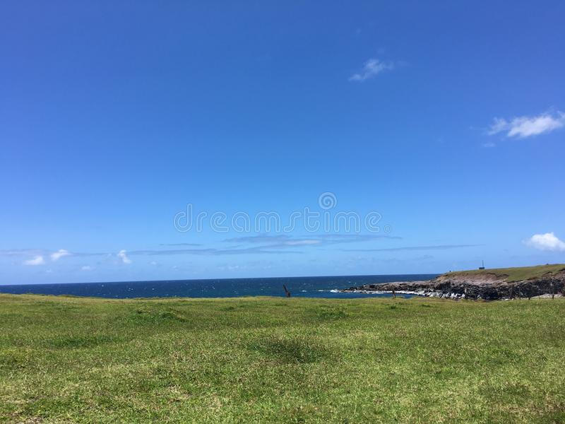 Изумительные ясные голубые небеса стоковые изображения