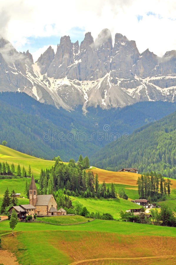 Download Изумительный ландшафт в итальянке Альпах Стоковое Изображение - изображение насчитывающей молельня, городок: 41656819
