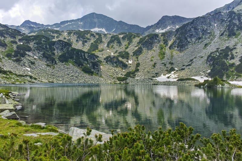 Изумительный ландшафт к пику Banderishki chukar и Banderitsa удят озеро, гору Pirin стоковое фото