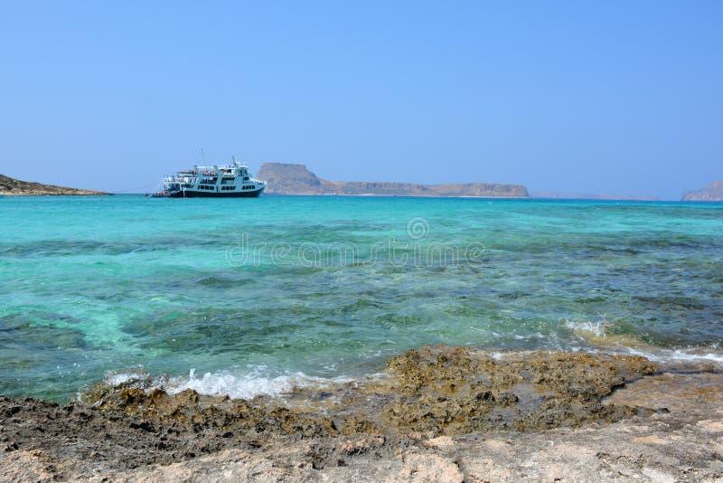 Изумительный взгляд лагуны Balos Корабль на горизонте Крит стоковая фотография