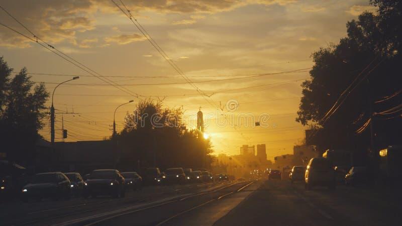 Изумительный взгляд захода солнца на дороге в русском городе на временени стоковые изображения rf
