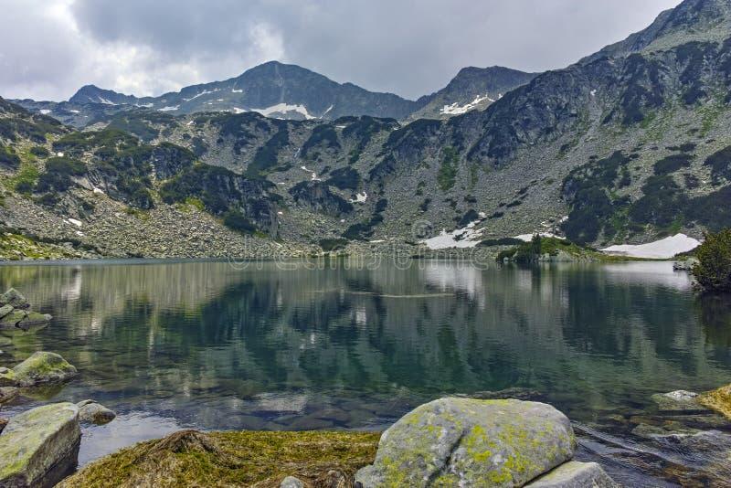 Изумительный взгляд к пику Banderishki chukar и Banderitsa удят озеро, гору Pirin стоковые изображения