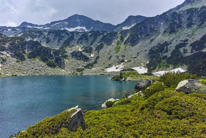 Изумительный взгляд к пику Banderishki chukar и Banderitsa удят озеро, гору Pirin стоковые изображения rf