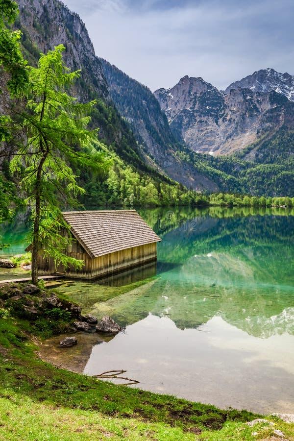 Изумительный взгляд маленького дома на озере Obersee в Альпах стоковое фото rf