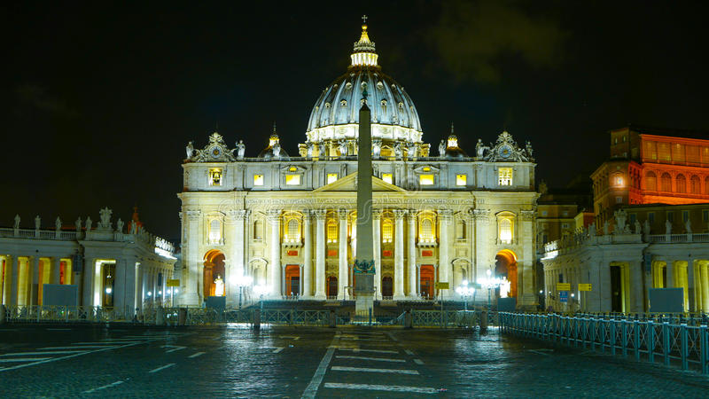 Download Изумительный взгляд ночи над базиликой St Peters на Ватикане в Риме Редакционное Стоковое Фото - изображение насчитывающей rome, туристы: 81807958