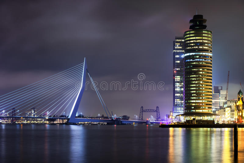 Изумительный взгляд ночи на мосте Erasmus в Роттердаме, Голландии стоковая фотография rf