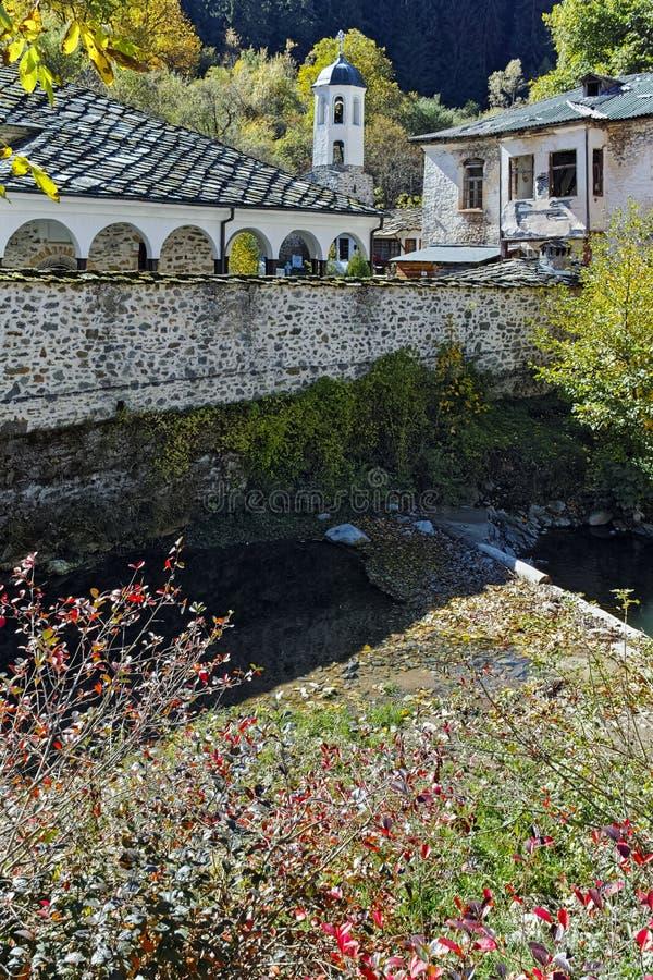 Изумительный взгляд церков предположения, реки и дерева осени в городке Shiroka Laka, Болгарии стоковые изображения