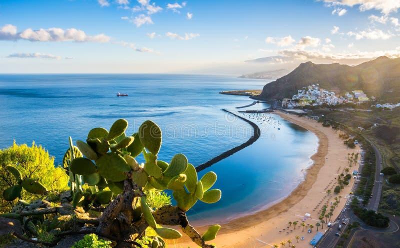 Изумительный взгляд las Teresitas пляжа с желтым песком Положение: стоковые фотографии rf
