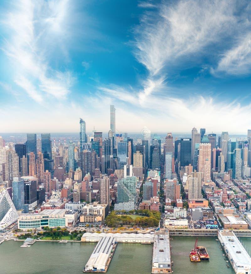 Изумительный вид с воздуха горизонта Нью-Йорка на сумраке стоковое изображение