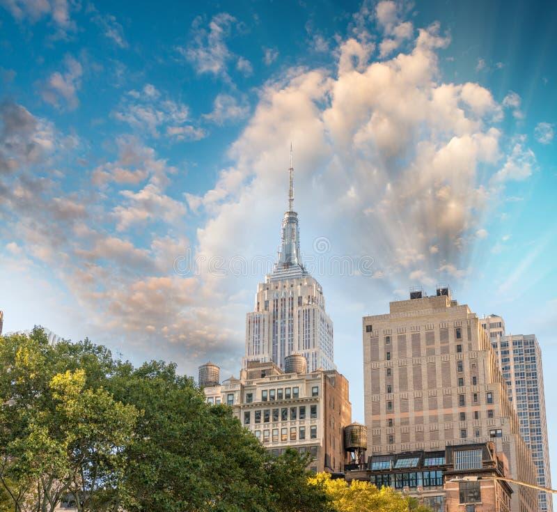 Изумительный вид с воздуха горизонта Нью-Йорка на сумраке стоковая фотография rf