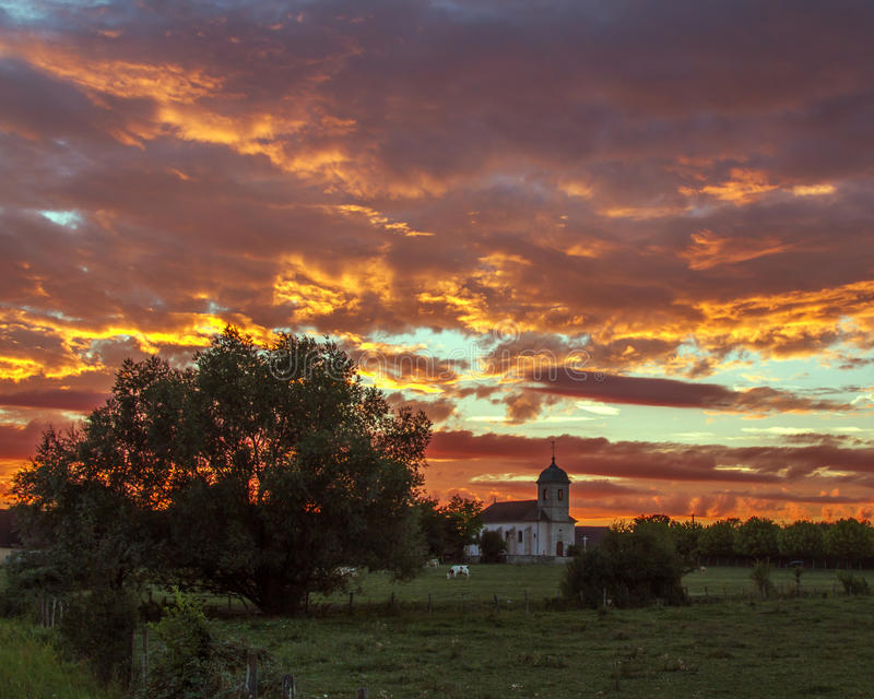 Изумительный заход солнца в Franche-Comté, Франции стоковая фотография