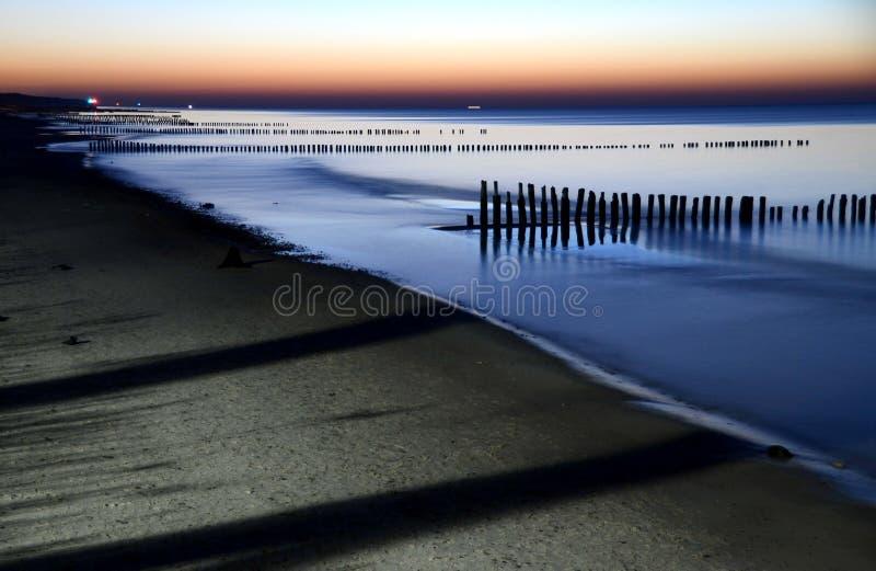 Изумительный заход солнца над морем балюстрад стоковые фото